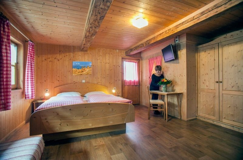 Küche Dieses Rustikale Schlafzimmer Ist Mit Holz Verkleidet.